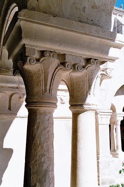 abbaye-senanque-cloitre-chapiteau-feuille-d-eau